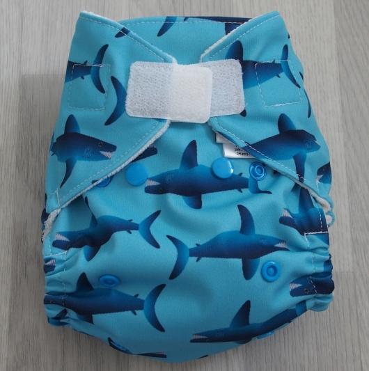 Kapsová plena Lupastro na suchý zip - Žraloci (Kapsová plena jednovelikostní na sz - neobsahuje vkládací pleny)