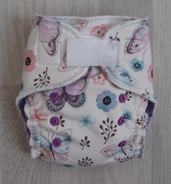 Kalhotová plena Lillybe na suchý zip NOVÁ - Motýlci fialoví (Jenovelikostní kalhotová plena NOVÁ - obsahuje dlouhou vkládací plenu)