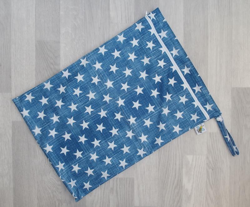 PUL pytel na pleny Majab - Hvězdičky na modré bílá (Nepropustný pytel na pleny - 35x50 cm)